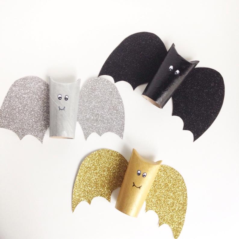 Et voilà, nos petites chauves souris terminées ! Les enfants étaient supers contents du résultats ! Et l'actvité est idéale pour un aprem tout gris ! Et vous, avez-vous commencé des bricolages d'Halloween ?
